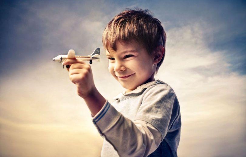 Мальчик играет в самолет