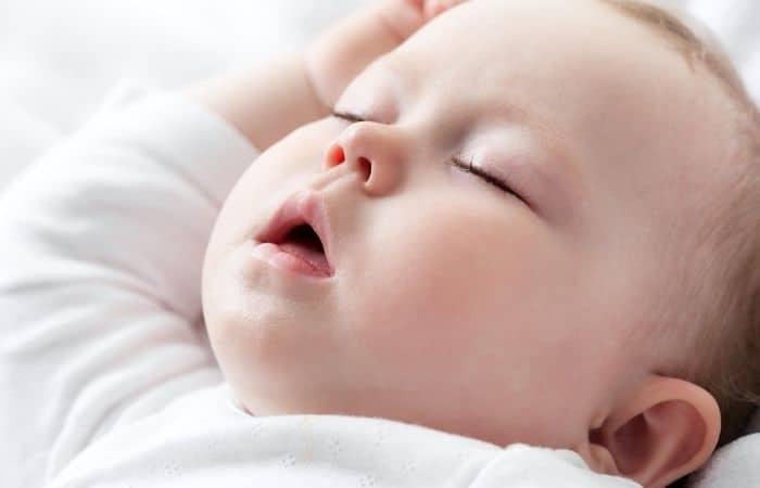 почему вздрагивает новорожденный ребенок во сне
